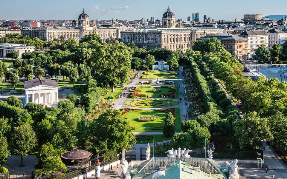Зелен площад в летен ден - Виена