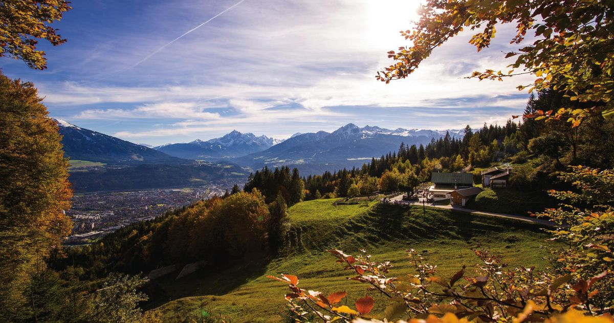 Зелен хълм с къщи в Алпите, Инсбрук