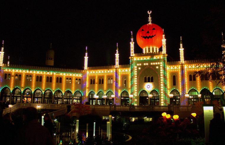 Украса за Хелоуин със светлини и хартиена тиква