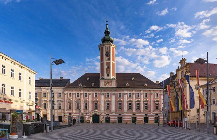 Площад и кметство в Санкт Пьолтен