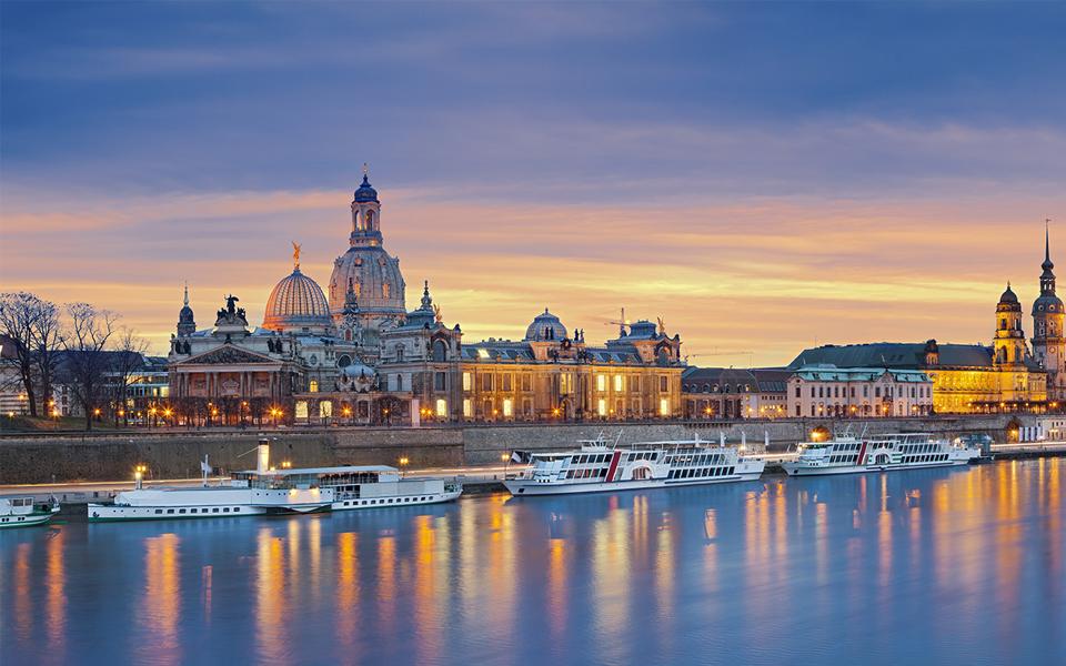 Кораби плуващи по река в Дрезден