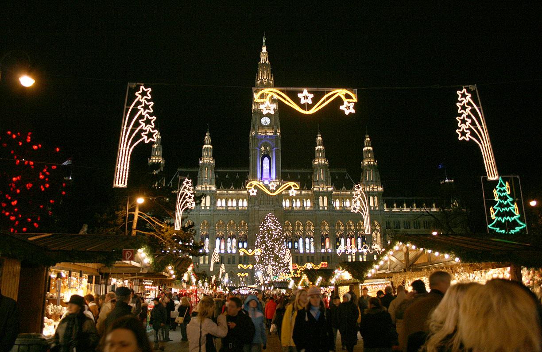 Светлинна украса на коледен базар във Виена