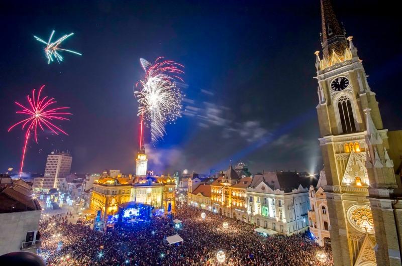 Новогодишна заря над площад пълен с хора в Сърбия